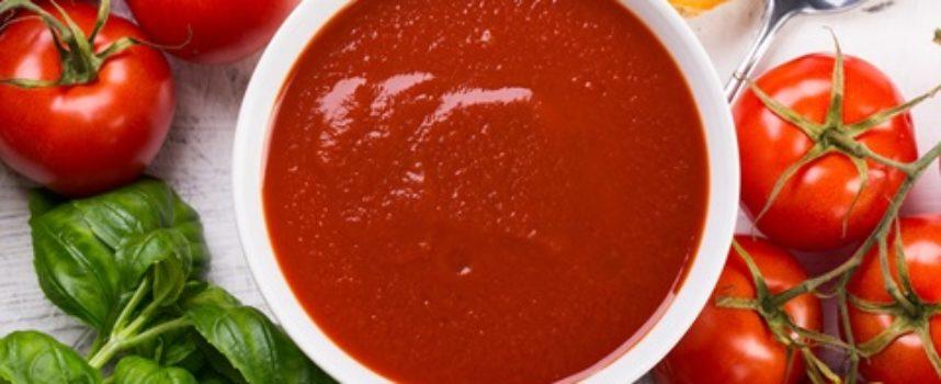 Passata di pomodoro fatta in casa: la ricetta e i trucchi per il sugo perfetto