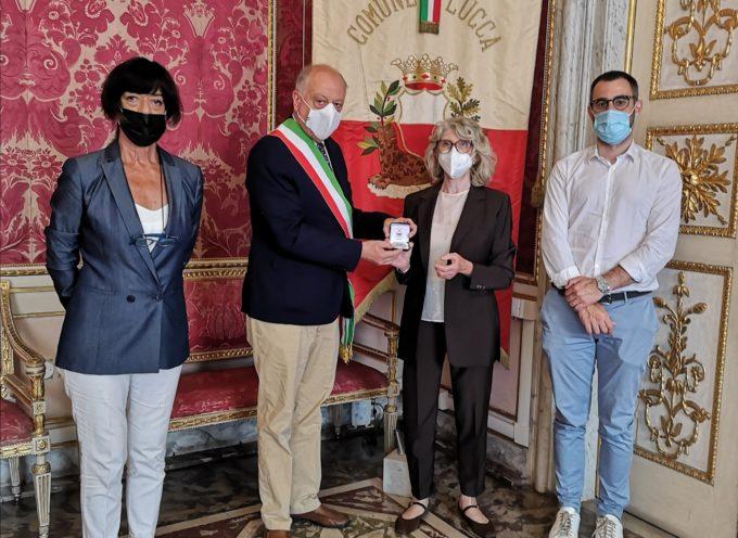 Tambellini ha conferito la medaglia della città di Lucca alla dottoressa Maria Rosa Paolini medico anestesista