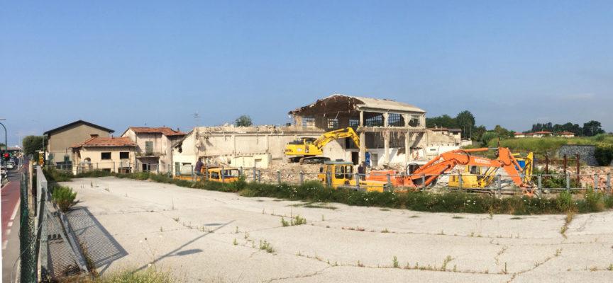 Iniziata la demolizione dei vecchi fabbricati nell'area di Ponte di Tavole dove sorgerà il nuovo supermercato