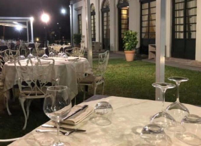 Cena al fresco nel giardino del Caffè delle Mura per le persone sole –