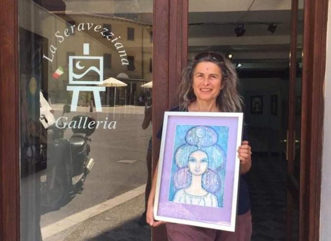 """Galleria """"La Seravezziana"""" – Vibrazioni dell'arte con Cinzia Babboni e la danza dell'acqua delle Campane Tibetane di Stefania Biancalana"""