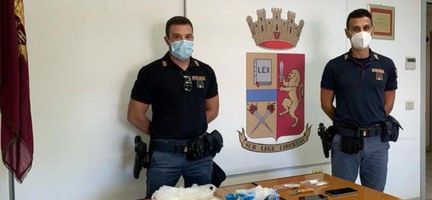 Gli operatori del Commissariato di Viareggio hanno arrestato due soggetti, un italiano di 48 anni e un tunisino di 28, per spaccio di stupefacenti,
