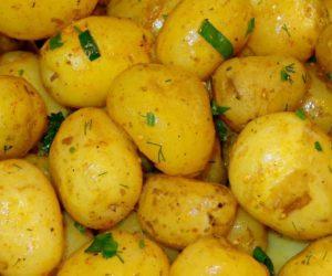 patate novelle al forno con buccia e croccanti, la ricetta facile e veloce
