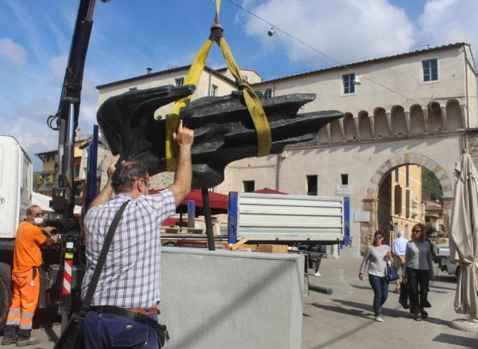 restaurate le sculture di Miozzo e Sheppard, turisti e curiosi salutano il ritorno in Piazza Carducci