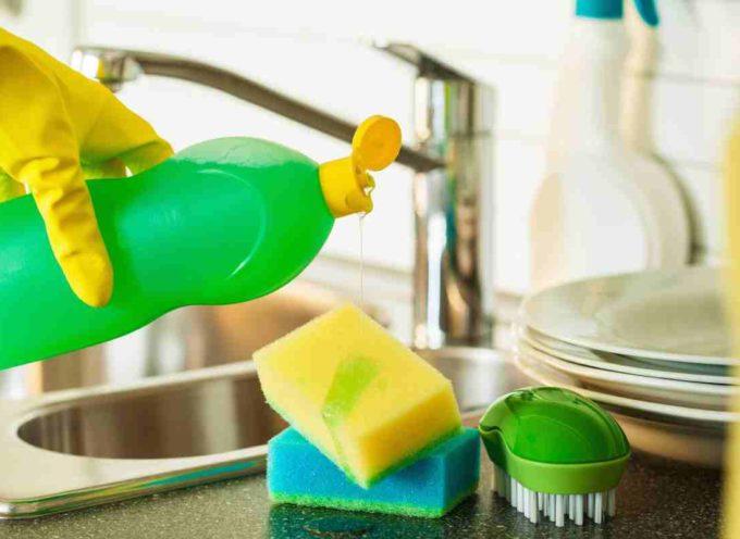 Detersivi a mano per i piatti: da Lidl a Palmolive, nessuno sembra funzionare davvero.