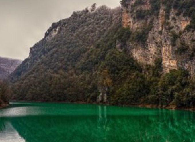 Nella stretta vallata… si trova il lago di turrite cava
