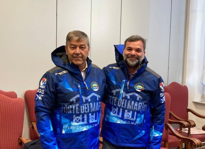 """Lo sci club """"Le marmotte"""" di Forte dei Marmi questa mattina ha donato al Sindaco  una delle nuove giacche invernali realizzate con il Brand """"Forte dei Marmi-"""