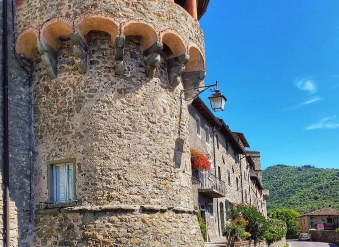 il borgo di Castiglione  di Garfagnana è murato e perduto tra i boschi, circondato dai monti