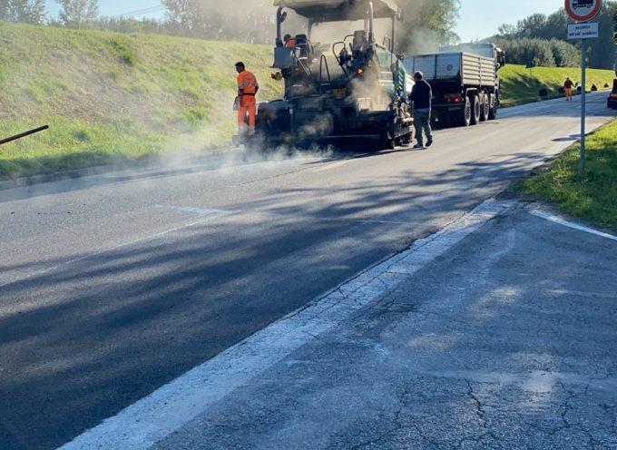 Gli asfalti arrivano nelle periferie: questa settimana, come da cronoprogramma, sono iniziati gli interventi nell'Oltreserchio